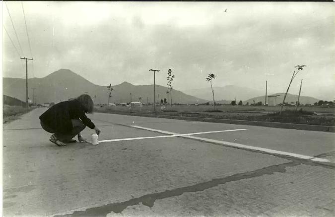 Lotty Rosenfeld, Una milla de cruces sobre el pavimento, Santiago, Chile, 1979.